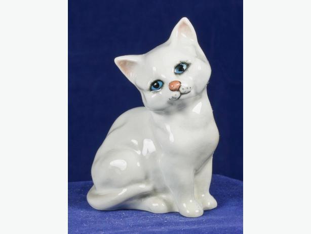 """BESWICK ENGLAND 1436 SITTING WHITE 3"""" CAT PORCELAIN FIGURE BLUE EYES"""