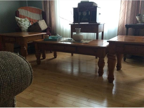 Living room table with 2 end tables