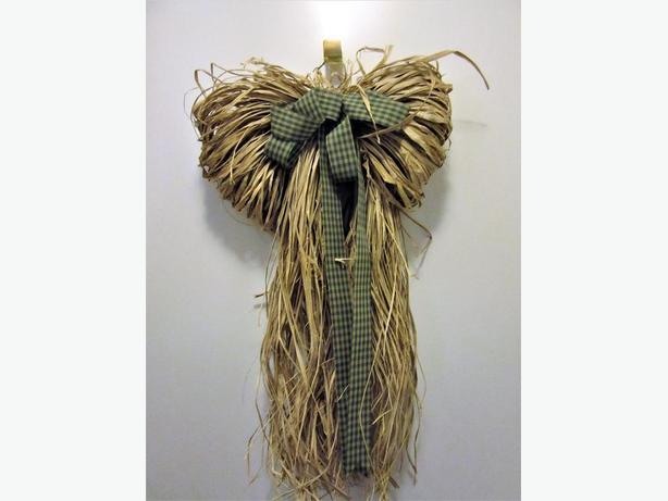 RAFFIA GRASS WALL DECORATION